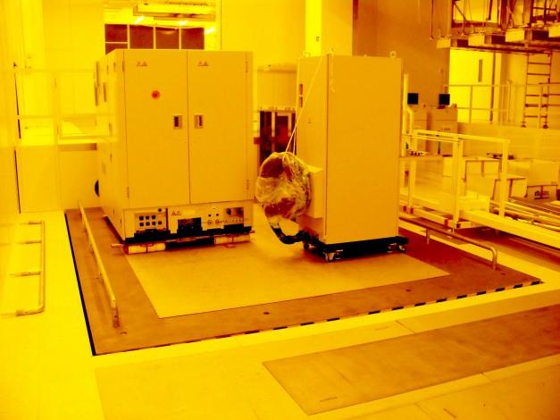 Hightech-Logistik – Reinraum-Hubtisch mit Glattblech (12mm Deckblech)