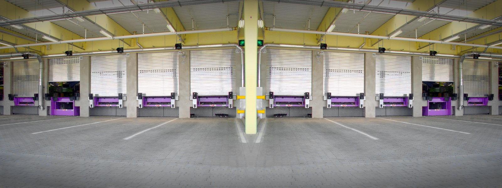 Verladebrücken eines Speditionsunternehmens mit und ohne Hubtisch