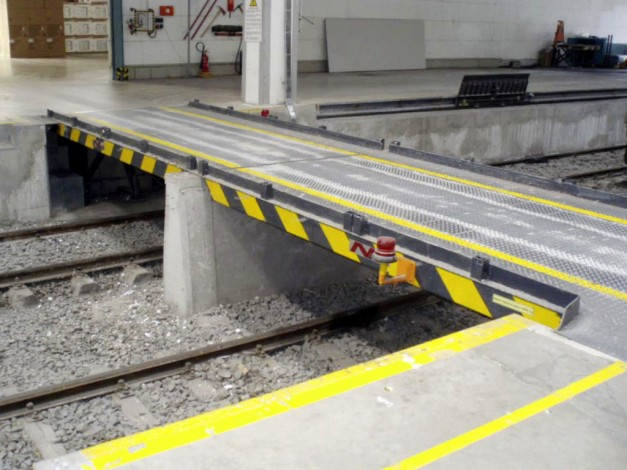 fixed-hydraulic swivel bridges in the track loading