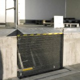 Lift table with corrugated wire mesh